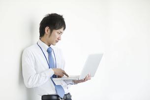 ノートパソコンを操作するビジネスマンの素材 [FYI00941499]