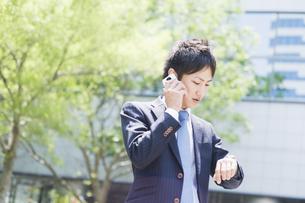 携帯電話で話すビジネスマンの素材 [FYI00941502]