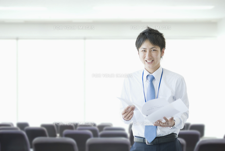 ファイルを持って微笑むビジネスマンの素材 [FYI00941515]