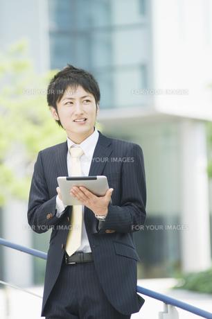 タブレットを操作するビジネスマンの素材 [FYI00941521]