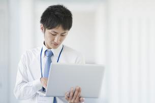 ノートパソコンを操作するビジネスマンの素材 [FYI00941523]
