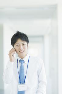 携帯電話で話すビジネスマンの素材 [FYI00941527]