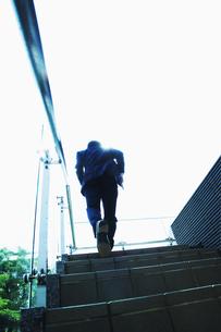 階段を上るビジネスマンの素材 [FYI00941528]