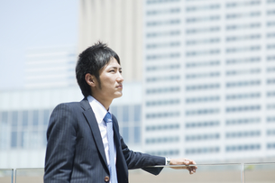 見上げるビジネスマンの素材 [FYI00941531]