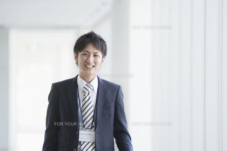 微笑むビジネスマンの素材 [FYI00941536]