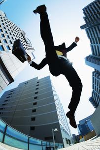 ジャンプするビジネスマンの素材 [FYI00941537]