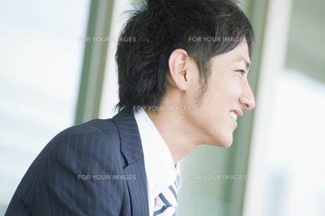 笑うビジネスマンの横顔の素材 [FYI00941539]