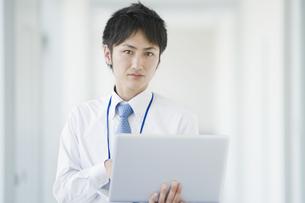 ノートパソコンを操作するビジネスマンの素材 [FYI00941540]