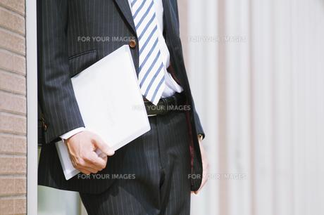 ファイルを持つビジネスマンの素材 [FYI00941549]