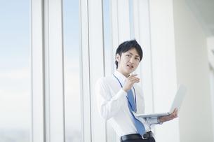 ノートパソコンを操作するビジネスマンの素材 [FYI00941557]