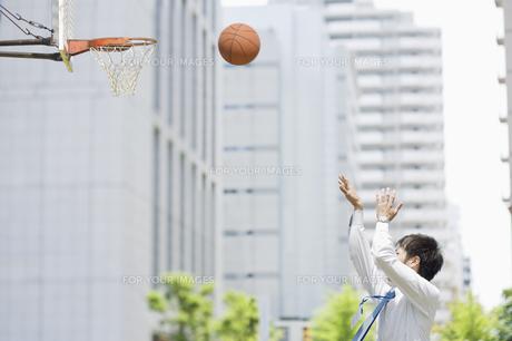 バスケットのシュートをするビジネスマンの素材 [FYI00941564]