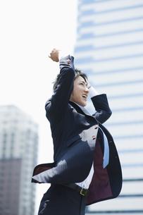 ジャンプするビジネスマンの素材 [FYI00941571]