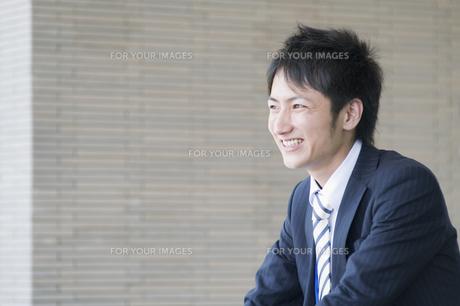 笑うビジネスマンの素材 [FYI00941583]