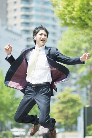 ジャンプするビジネスマンの素材 [FYI00941587]