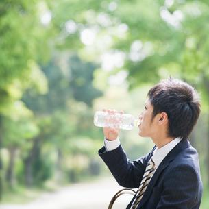 水を飲むビジネスマンの素材 [FYI00941602]