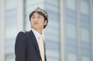 見上げるビジネスマンの素材 [FYI00941610]
