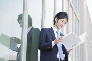 ファイルを読むビジネスマンの素材 [FYI00941620]