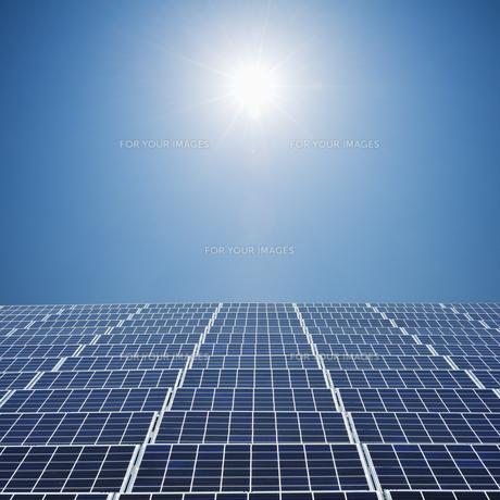 太陽とソーラーパネルの素材 [FYI00941648]