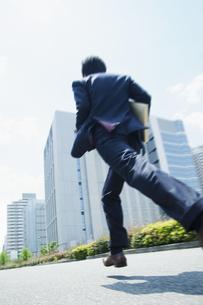 オフィス街を走るビジネスマンの素材 [FYI00941652]