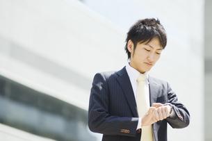 時計を見るビジネスマンの素材 [FYI00941653]