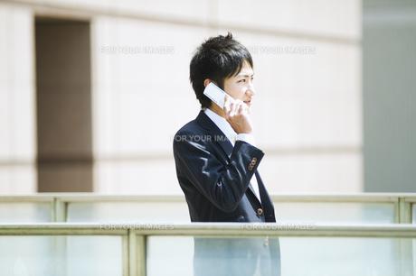 携帯電話で話すビジネスマンの素材 [FYI00941654]