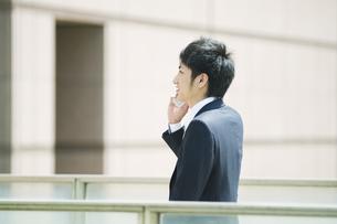 携帯電話で話すビジネスマンの素材 [FYI00941660]