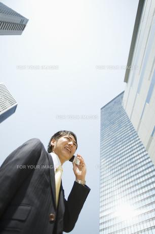 携帯電話で話すビジネスマンの素材 [FYI00941661]