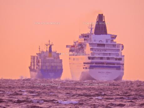 黄昏の航海の写真素材 [FYI00941821]