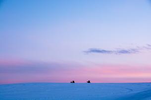 冬の夕暮れと雪原の写真素材 [FYI00941868]