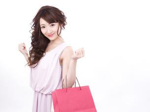 買い物する女性の写真素材 [FYI00942010]