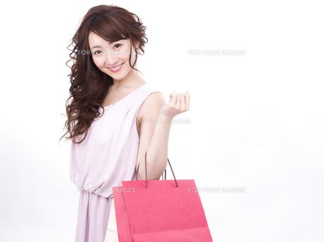 買い物する女性の写真素材 [FYI00942011]