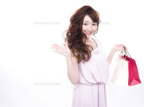 買い物する女性の写真素材 [FYI00942014]