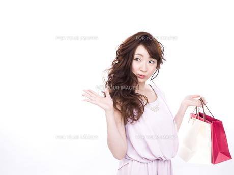買い物する女性の写真素材 [FYI00942015]