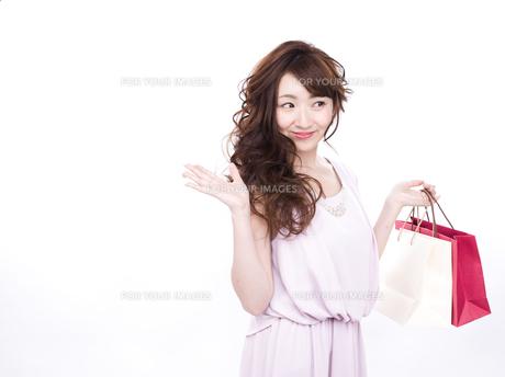 買い物する女性の写真素材 [FYI00942016]