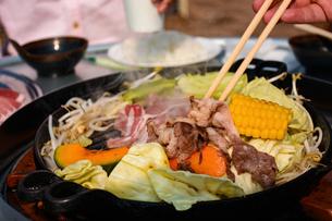 ジンギスカンでお楽しみの写真素材 [FYI00942086]