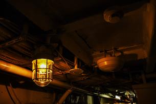 機械室の電灯の写真素材 [FYI00942094]