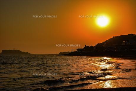 浜辺から望む夕日の写真素材 [FYI00942096]