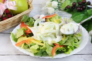 玉ねぎヨーグルトサラダの写真素材 [FYI00942112]