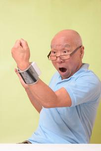 血圧を測定して驚くシニアの写真素材 [FYI00942371]