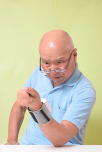血圧を測定して驚くシニアの写真素材 [FYI00942372]