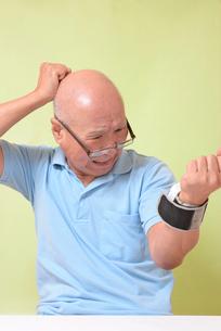 血圧を測定して驚くシニアの写真素材 [FYI00942374]