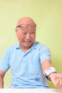 血圧を測定して驚くシニアの写真素材 [FYI00942378]