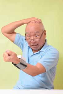 血圧を測定して驚くシニアの写真素材 [FYI00942379]