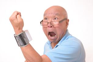 血圧を測定して驚くシニアの写真素材 [FYI00942382]