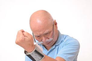 血圧を測定して驚くシニアの写真素材 [FYI00942383]