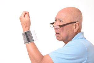 血圧を測定して驚くシニアの写真素材 [FYI00942384]