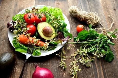 サラダ用野菜とルッコラの花 黒木材背景 の写真素材 [FYI00942511]