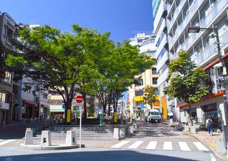 東京都港区麻布十番、麻布十番広場(パティオ十番)の景観の写真素材 [FYI00942671]