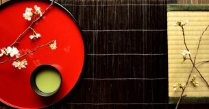 畳と赤い漆塗りのお盆の上の抹茶と桜の写真素材 [FYI00942679]
