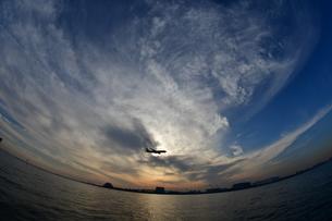 羽田空港へ着陸する旅客機の写真素材 [FYI00942896]